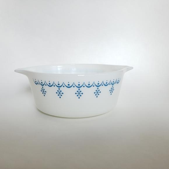 Pyrex Other - Pyrex snowflake garland milk glass dish